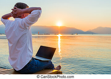 ordinateur portable, récréatif, entrepreneur., homme, matin