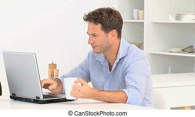 ordinateur portable, regarder, utilisation, homme appareil-photo, après