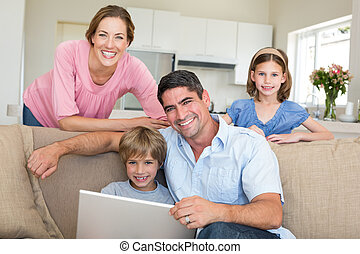 ordinateur portable, séance, utilisation, sourire, salle famille