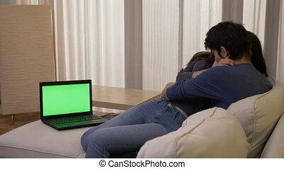 ordinateur portable, salle, film regardant, couple, mariés, étreindre, vert, thriller, écran, vivant, rire