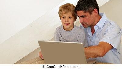 ordinateur portable, sien, peu, utilisation, père, garçon