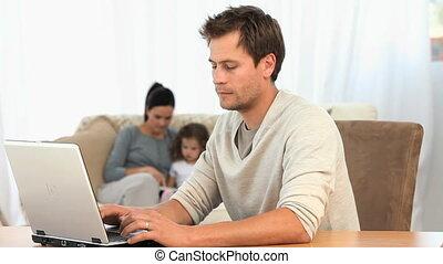 ordinateur portable, sien, quoique, sofa, fonctionnement, homme, famille