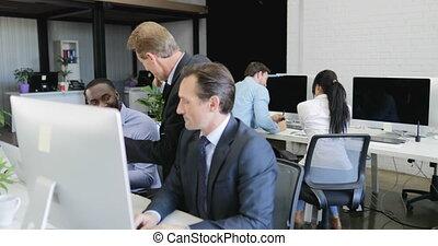 ordinateurs, fonctionnement, professionnels, réussi, moderne, idées, centre, mélange, coworking, course, équipe, utilisation, sourire, discuter, heureux