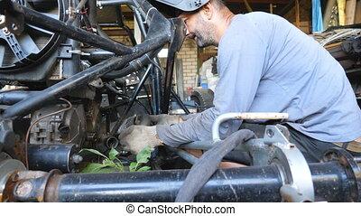 ou, vehicle., soudure, travail, garage, homme, fixation, auto., sien, réparateur, adulte, workshop., auto, entretenir, mouvement, mécanicien, engagé, masque, maître, mâle, fin, réparation, lent, haut, automobile.