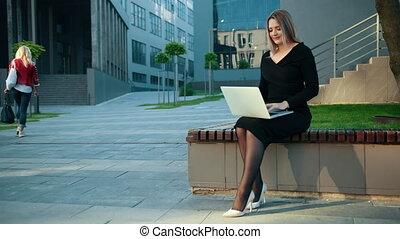 outdoors., ordinateur portable, jeune, utilisation, femme affaires, working., technologie, femme