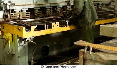 outillage, ouvrier, engagé, métal, machine, découpage, découpage, production, presse, automatique