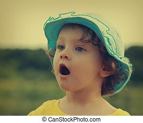 ouvert, surprenant, enfant, regarder, arrière-plan., bouche, dehors, amusement, closeup