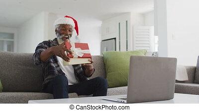 ouverture, quoique, avoir, chapeau, porter, vidéo, ordinateur portable, personne agee, boîte, bavarder, homme, sien, cadeau, santa