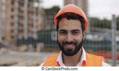 ouvrier bâtiment, site, construction, appareil-photo., portrait, sourire