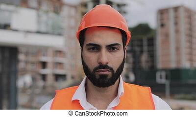 ouvrier bâtiment, site, regarder, construction, appareil-photo., portrait