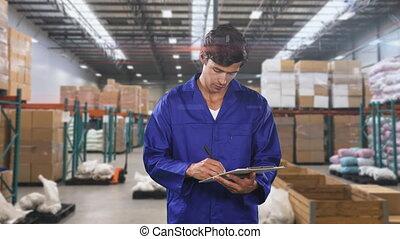 ouvrier, entrepôt, vérification, mâle, secteur, caucasien, sourire, notes, appareil photo