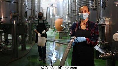 ouvrier, femme, fonctionnement, processus, moderne, fermentation, établissement vinicole, masque, réservoir, protecteur