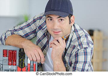 ouvrier, heureusement, outils, appareil photo, stand, regarder