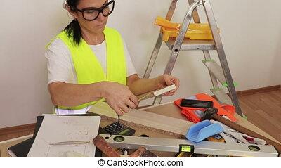 ouvrier, mètre à ruban, utilisation, construction, femme