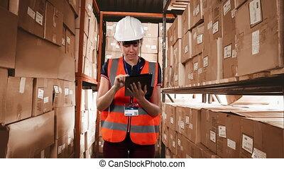ouvrier, organe, tablette, vérification, femme, porter, caucasien, élevé, chapeau, utilisation, gilet, boîtes