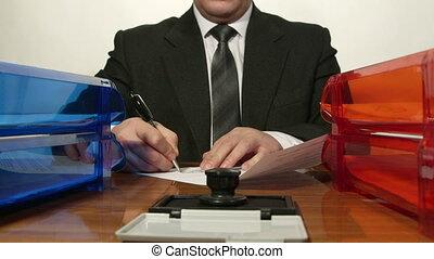 ouvrier, signer, documents, quelques-uns, bureau