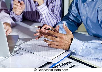 ouvriers, ordinateur portable, bureau fonctionnant, mains