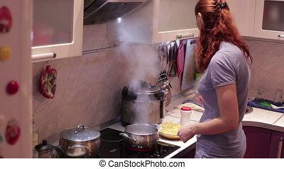 pâtes, femme, cuisine