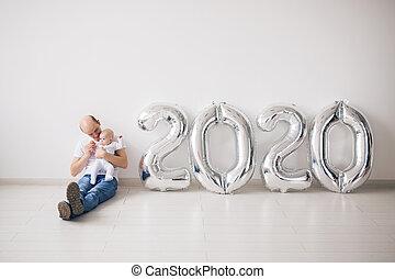 père, année, tenue, nouveau, noël, fetes, concept, nouveau-né, 2020, fier, -, sien, ballons, fille