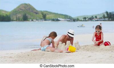 père, filles, deux, exotique, plage sable, jouer
