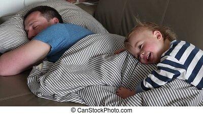 père, lit, matin, closeup, enfant, mensonge