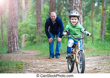 père, sur, gosse, bicycle., loisir, success., forêt, son., sien, gosses, concept, années, enseignement, sports, automne, homme, sécurité, helmet., heureux, enfant, peu, 3, garçon, papa