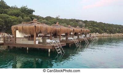 paille, miettes, voyage, villas, luxe, overwater, paume, lagoon., arbres, pavillons, bleu, vacation., typique, plage