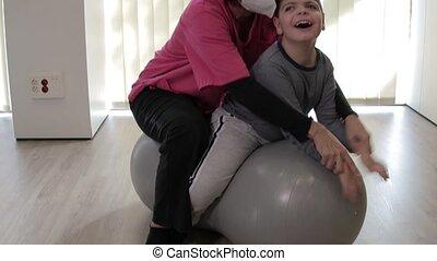 pandémie, équilibre, kinésithérapeute, enfant, balle, sommet, handicapé, exercises., masque, protection, gymnase, arachide