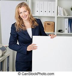 panneau affichage, femme affaires, sourire, bureau