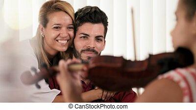 papa, fille, habile, maman, devant, violon, jouer, heureux