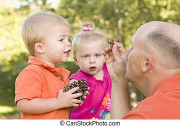 papa, mignon, parc, jumeau, enfants, parler