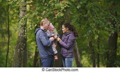 papa, peu, autour de, park:, -, mère, maman, automne, poser, père, enfant, bébé, rowan, girl, family:, heureux