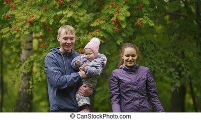 papa, peu, autour de, park:, -, mère, maman, haut, automne, poser, père, enfant, bébé, fin, girl, family:, rowan, heureux