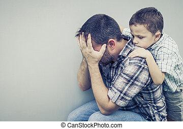 papa, sien, mur, étreindre, triste, fils