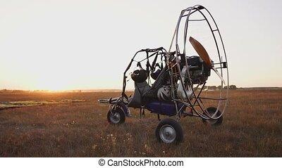 paraglider, rayons, fermé, stands, asseoir, appareil photo, orbite, avion, parachutistes, aéroport, fond, coucher soleil, sunlight., moteur, bas., long, mouvements, prend