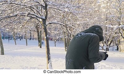 parc, jeune, boules neige, 4k, jouer, homme