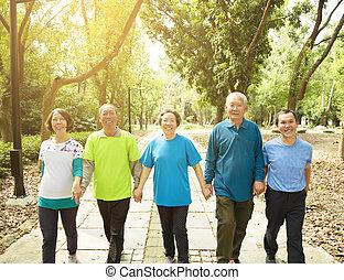 parc, marche, groupe, personne agee, heureux