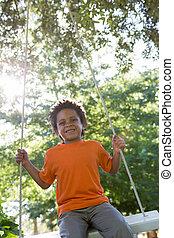 parc, petit garçon, balançoire, heureux