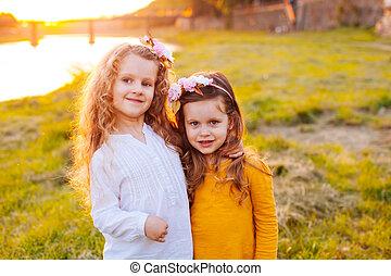parc vert, deux filles