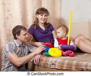 parents, maison, enfantqui commence à marcher