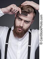 parfait, debout, barbu, sien, peigner, gris, contre, jeune, cheveux, confiant, quoique, appareil photo, fond, regarder, style., homme