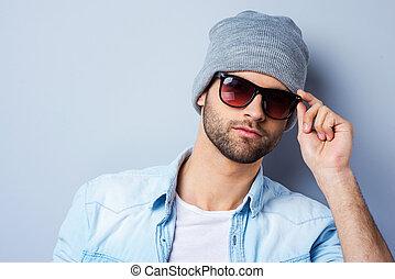 parfait, debout, sien, lunettes soleil, mode, ajustement, gris, contre, jeune regarder, confiant, quoique, appareil photo, fond, beau, style., homme