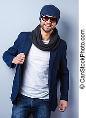 parfait, debout, sien, lunettes soleil, veste, ajustement, jeune, contre, gris, regarder, confiant, quoique, appareil photo, fond, élégant, homme, chapeau, style., beau