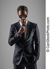 parfait, sien, lunettes soleil, suit., isolé, gris, jeune regarder, confiant, quoique, appareil photo, hommes affaires, nouveau
