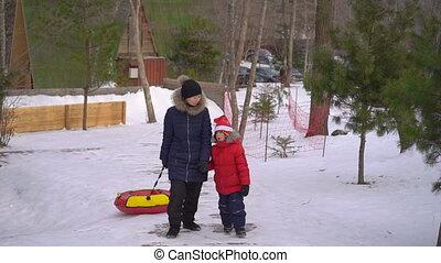 park., hiver, tuyauterie, femme, peu, amusement, elle, fetes, avoir, fils, recours montagne, concept, activités, jeune