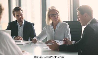 partenaires, poignée main, groupe, business, négocier, contrat, signe, réunion