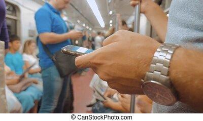 passager, concept, lit, commuer, transport, lent, média, appeler, smartphone., smartphone, nombre, text., train, video., composer, homme, envoi, style de vie, métro, messages, mouvement, métro, social, confection, ferroviaire