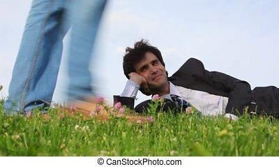 passant, beau, jambes, heureux, herbe verte, mensonge, homme