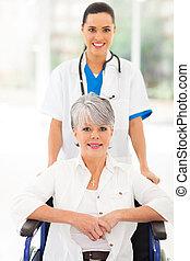 patient, fauteuil roulant, monde médical, infirmière, personne agee, soin prenant
