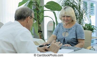 patient, manche, met, docteur, écrit, mesures, pression, tonometer, prescription